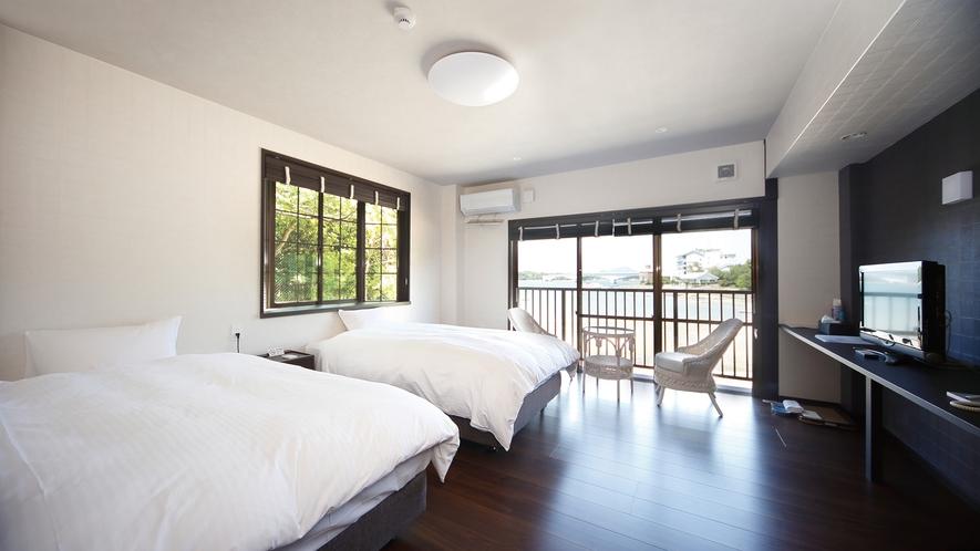 *【洋室】お部屋にはペット用品も備え付け!窓からはもちろん海が見えます。