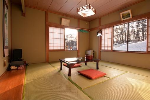 【本館】志津温泉街、朝日連峰を望む道路側角部屋和室 (8畳)