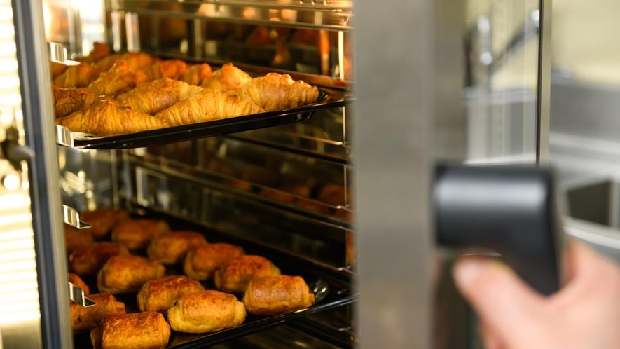 【朝食バイキング】毎朝、レストラン内で焼き上げたパンをご用意しております♪