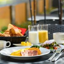 【朝食バイキング】朝の陽気を感じながらいただく朝のバイキングをお愉しみください♪