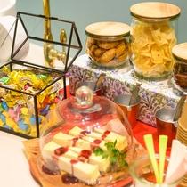 【ウェルカムサービス 一例】お菓子やドリンクはお部屋までお持ちいただけます♪