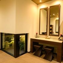 【女性大浴場】女性の脱衣所には化粧台を6台設置しております♪