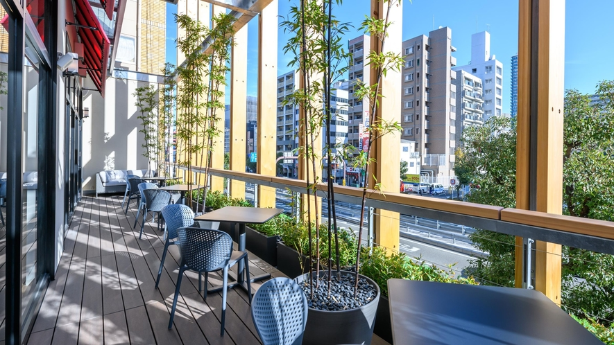 【2階レストラン】開放感あるテラス席♪暖かい季節にはこちらで朝のコーヒータイムはいかがでしょうか。
