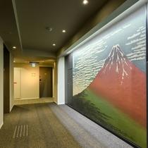 【9階EVホール】EV前には葛飾北斎の富嶽三十六景の赤富士が描かれています♪