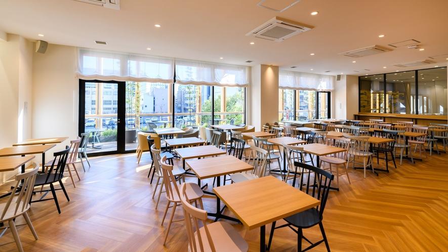 【2階レストラン】東向きで朝日が入ります♪