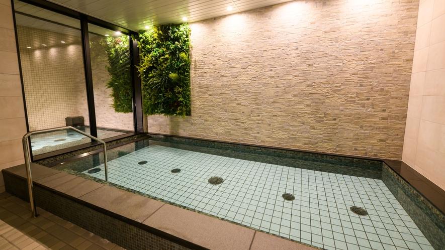 【男性大浴場 内風呂】男湯は黒を基調とした配色で高級感ある雰囲気です♪