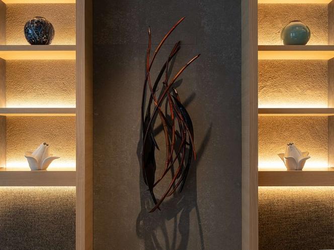 館内アートワーク(竹と漆のレリーフ)
