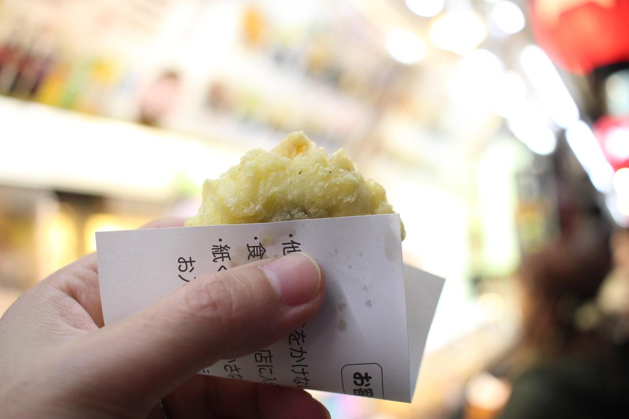 当館からほど近い浅草の揚げ饅頭