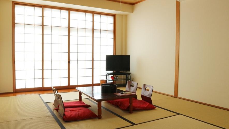 *部屋(本館)/明るい日差しがたっぷりです!床の間もあり純和風で日本らしさを存分に。