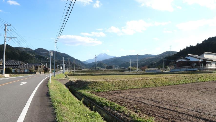 *景観/周辺は田畑が広がっており、夏は虫の声、春先には道端にかわいいお花が咲きます。