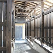 *館内一例(通路)/本館と別館を繋ぐ通路です。屋根と手すりがついております。