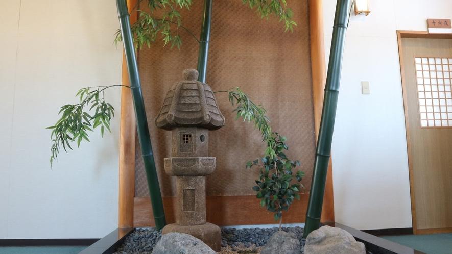*館内一例(本館)/本館2Fには小さな庭園があります。館内でも和を楽しんでください。
