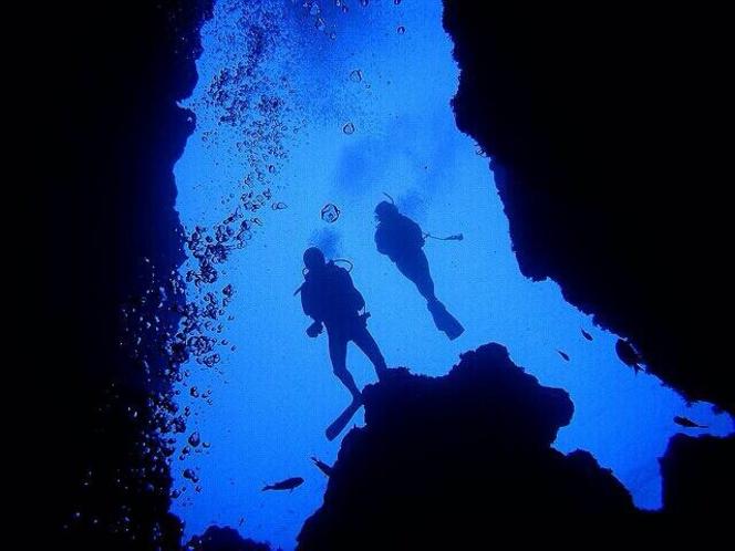 光と地形が生み出す神秘!青の洞窟