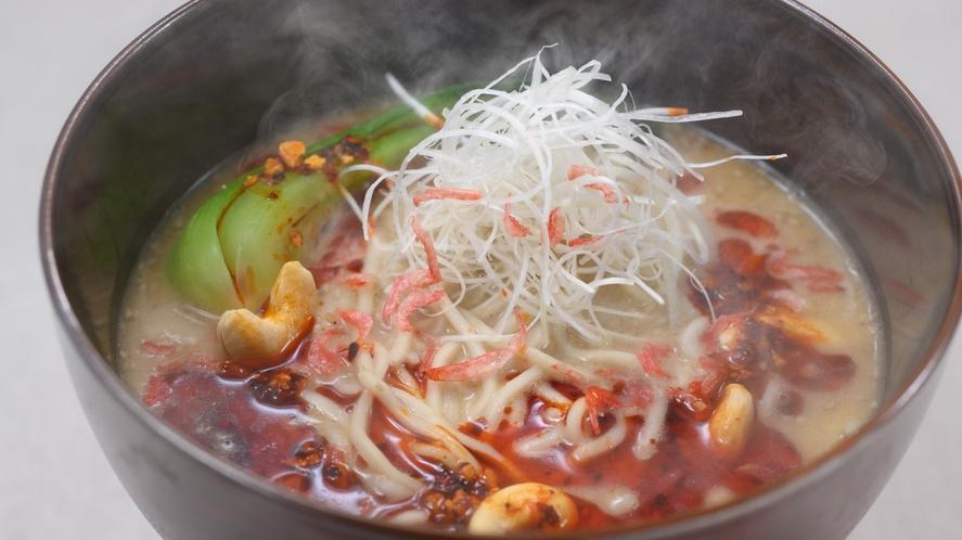 平日ランチ人気メニュー「胡麻と干し海老の濃厚担担麺」