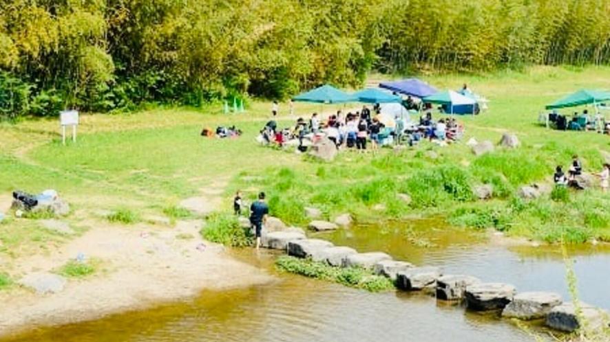 ホテルから車で15分「七瀬川自然公園」。川遊びも楽しめます。