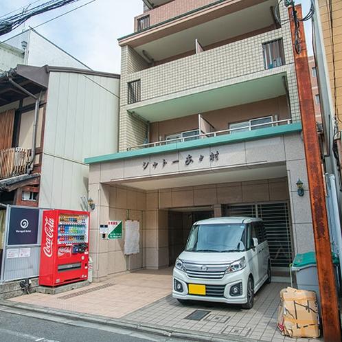 【ホテル外観】京都中心部の路地裏にあるゲストハウス