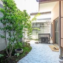 【竹の部屋】和の情緒にマッチした枯山水風の小さな庭