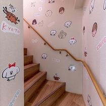 階段にはパントビスコ氏のキャラクターがたくさん貼られています