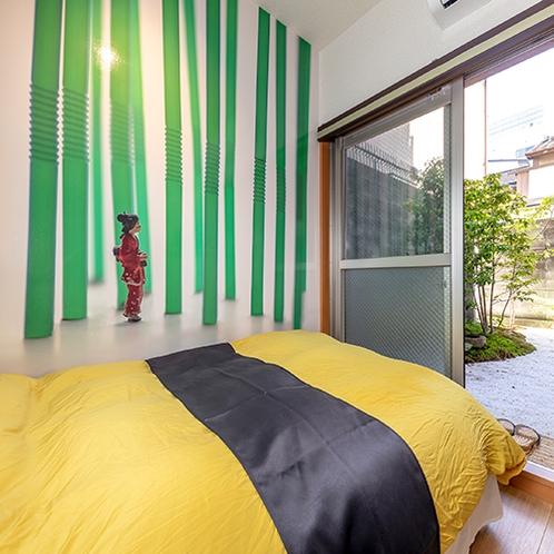 【竹の部屋】卵焼きのお寿司に見立てた布団カバーは、黄色と黒のツートンカラー