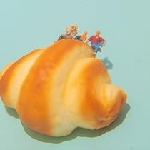 【パンの部屋】雲に見立てたクロワッサンが浮かぶ壁紙