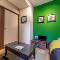 【竹の部屋】壁にもお寿司やお茶など、和を感じさせる田中さんの作品を展示