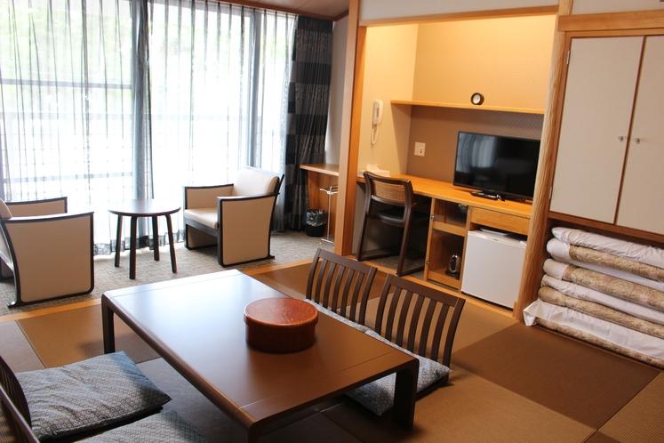 202号室 和室8畳 4名様就寝可能です。