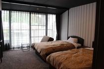 210号室 洋室ツイン+ソファーベッド 3名様就寝可能です。