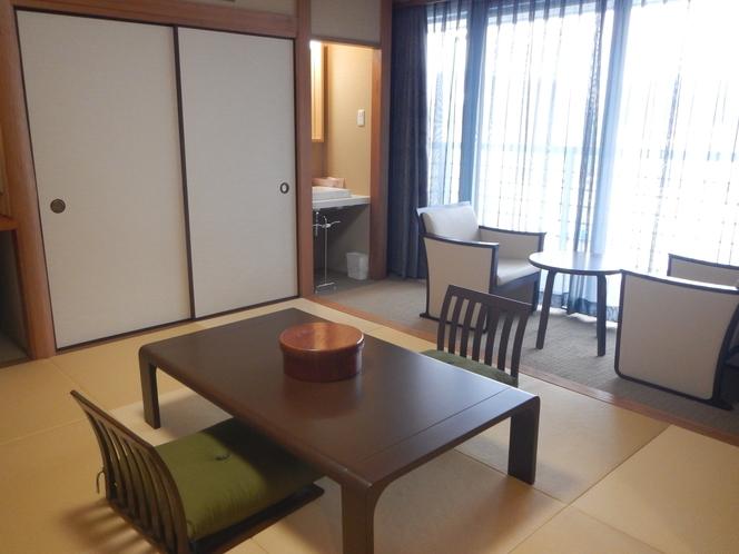 207号室 和室 4名就寝可能な角部屋です。川を眺めるお部屋です。