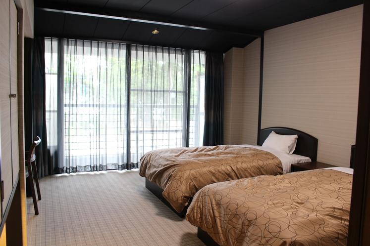 201号室 洋室ツイン+ソファーベッド3名様就寝出来ます。画像をクリックしてください。
