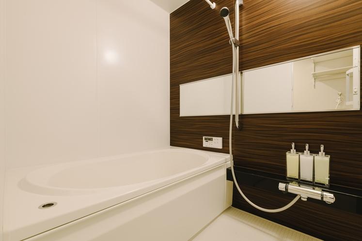 【バスルーム】浴槽付きの広々としたお風呂で、お子様やご高齢の方にも安心です。