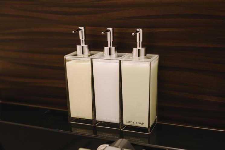 【バスアメニティ】ポンプ式のボディソープ・シャンプー・コンディショナーもお風呂にございます。