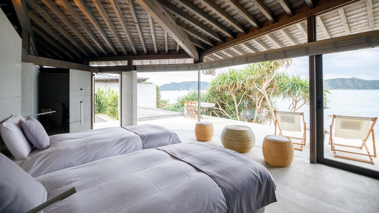 【デラックスツイン】窓の外からは美しい奄美の海を望めます。部屋により仕様は異なります。