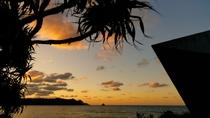 【夕日】東シナ海に面した島の西側から水平線に沈む夕日をご覧ください。