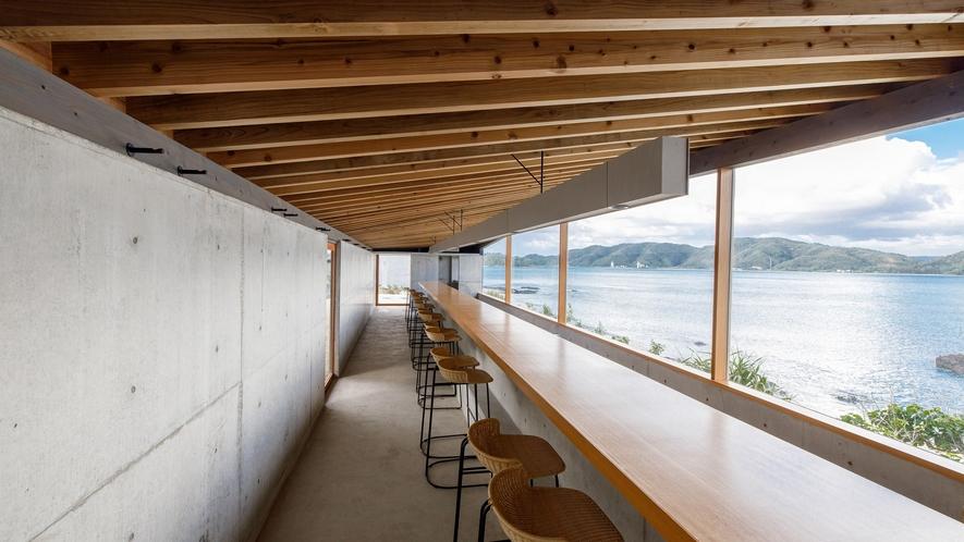 【2waters】 海にひらけた開放的な窓が特徴のレストラン&バーです