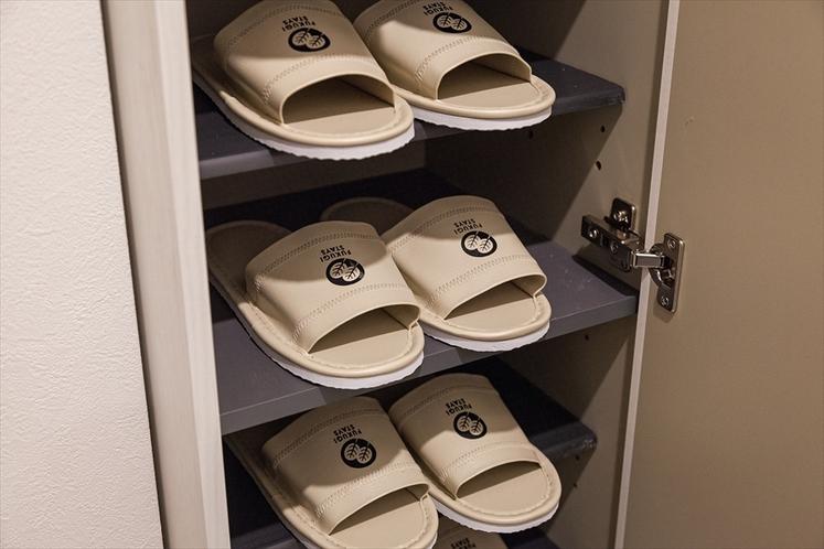 【全室完備】お部屋のシューズボックスにオリジナルロゴ入りスリッパご用意。靴を脱いであがるので清潔です