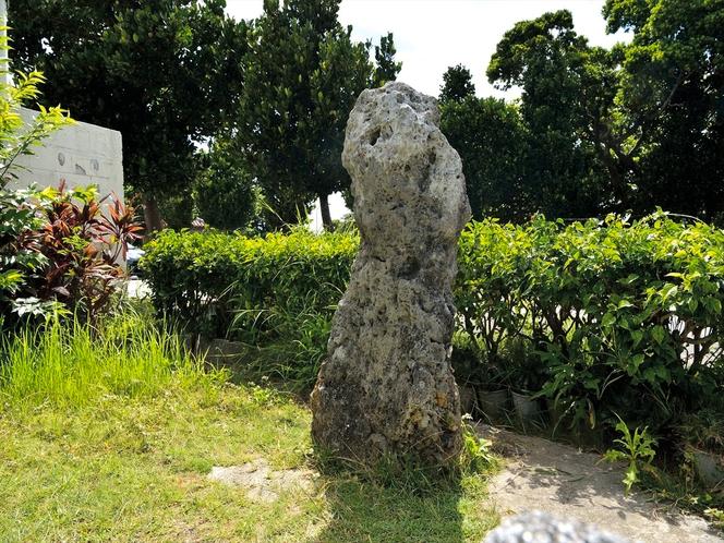 人頭税石 平良の港近くにある約143cmの石は昔この高さの身長になると課税対象とされたと伝わっている