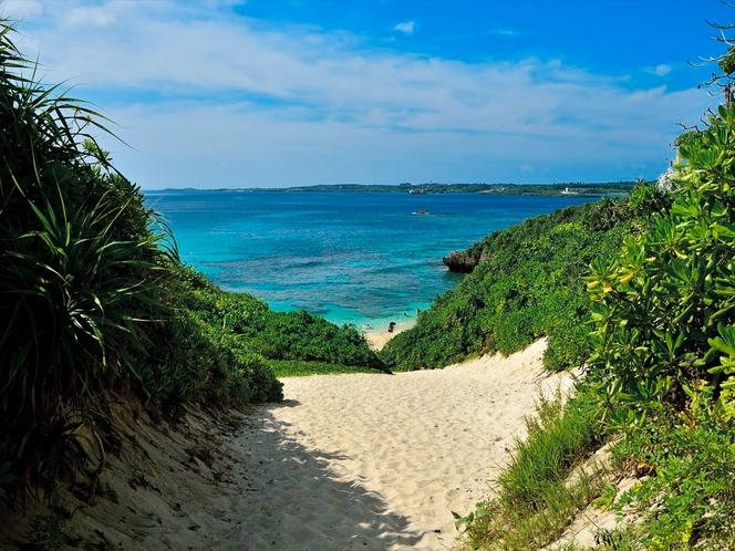 砂山ビーチ 宿から車で約10分。砂山を歩いて越すと美しいコントラストの砂浜が広がります。