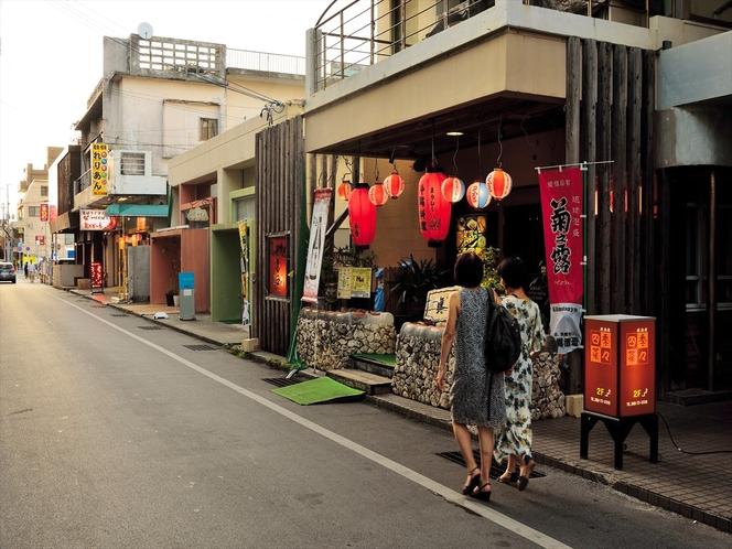 西里大通り夕景 宮古島を代表する飲食店やお土産屋さんが連なる通りです。徒歩約5分
