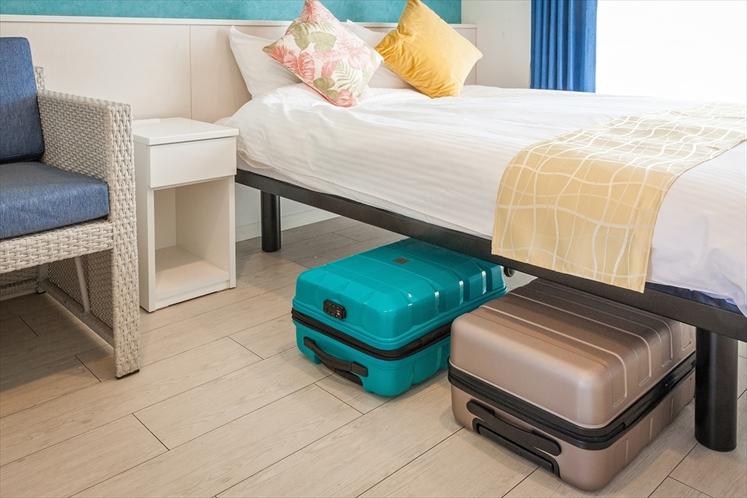 【客室共通備品】ベッドフレームは高足仕様(28cm)を導入。スーツケースをベッドの下に収納可能で広々