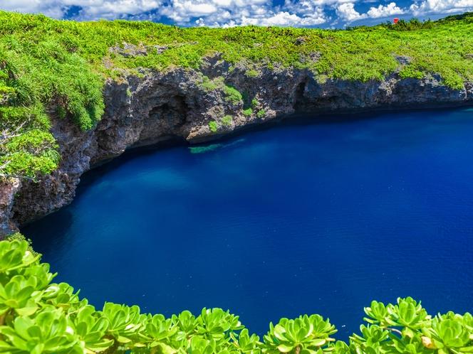 神秘的な佇まい 下地島の通り池