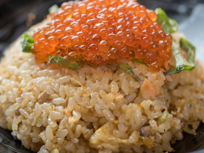 姉妹店「料理屋一刀」メニュー例:鮭とイクラの親子チャーハン