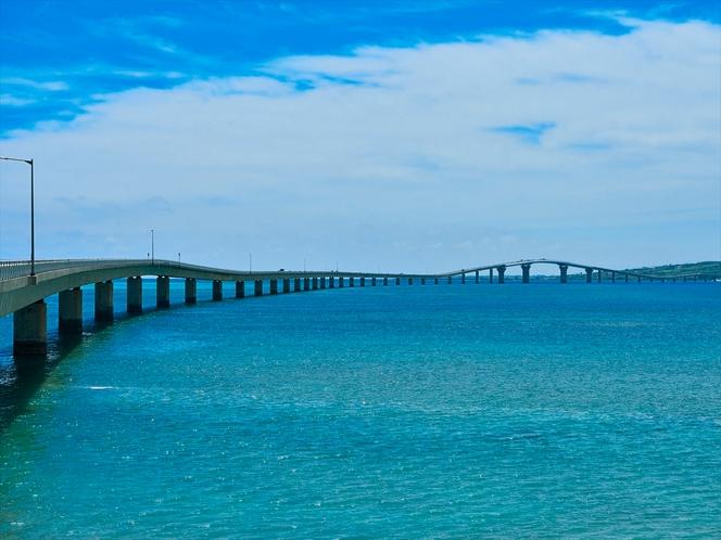伊良部大橋 宮古島から橋が架かった伊良部島を望む。宿から車で約9分。