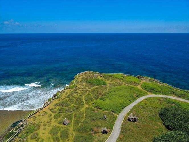 東平安名崎(ひがしへんなざき)。灯台の上からの眺望。宿から車で約30分、宮古島の代表的な景勝地です。
