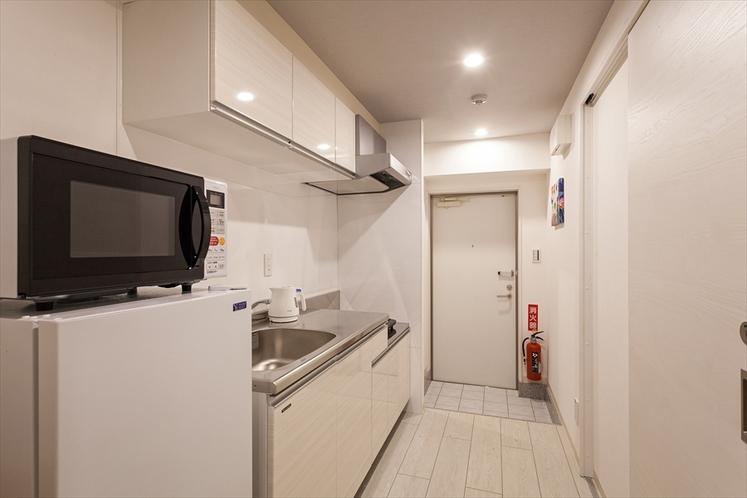 【客室共通・キッチン】キッチン・IH調理器・2ドア冷蔵庫・調理器具・食器完備