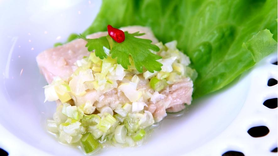 ◆本日の前菜◆鶏ネギ塩。他のお料理に合わせた味付け
