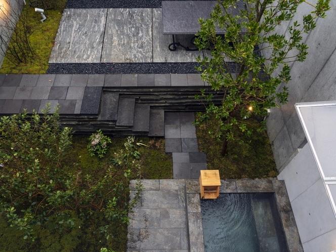 客室/窓の外のこだわりのお庭を眺めながら温泉をお楽しみください