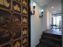 客室/巨大でアーティスティックな扉