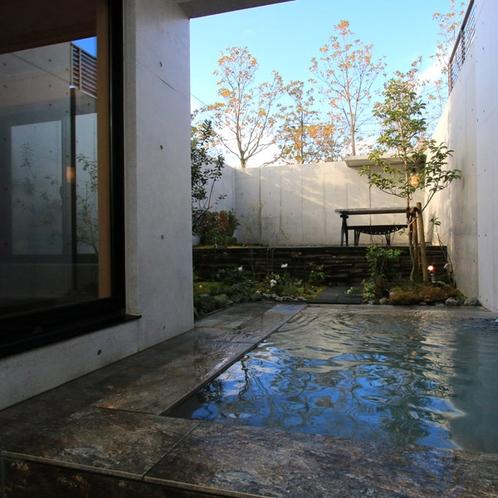 源泉かけ流しの客室専用露天風呂