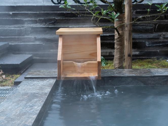 客室/源泉掛け流しの露天風呂