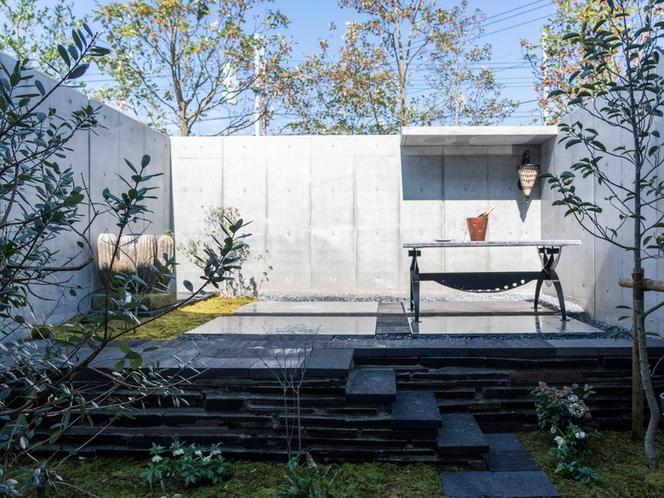 客室/こだわりのお庭を眺めながら温泉をお楽しみいただけます